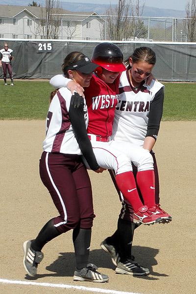 Sara Tucholsky recibe ayuda de sus rivales para conseguir su homerun. Foto vía www.principalspage.com