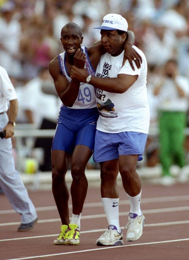 Derek Redmond y su padre, camino de la línea de meta. Foto vía www.jotdown.es